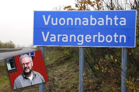 REAGERER: Redaktør i den samiske avisa Ságat, Geir Wulff, reagerer på flere feil i de nye forslagene til samiske stedsnavn i Sør-Varanger kommune. Skiltet i bakgrunnen er kun brukt som eksempel på skilt med både samisk og norsk stedsnavn.