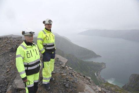 SPEKTAKULÆR ARBEIDSPLASS: Geolog Dirk Schwerdtfeger og produksjonssjef Anders Bergvik på toppen av Nabbaren.