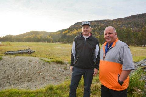 TAR GREP: Styreleder i Alta golfklubb Gunnar Bragi Gudmundson og daglig leder Roar Johansen vil ta ned ravnestammen i Kvenvikmoen for å sikre at golfballene ikke forsvinner i et like høyt tempo som i dag i framtiden.