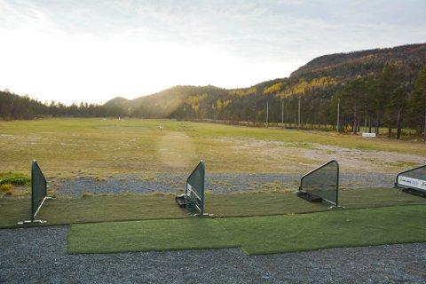MÅ STENGE BANE: Her stjeler ravna golfballer i tusentall. Derfor har golfklubben bestemt seg for å stenge drivingrangen for sesongen.