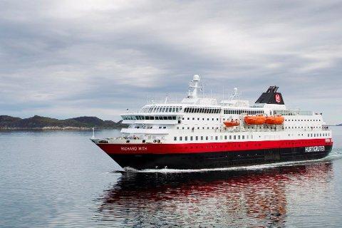 Hurtigruteskipet Richard With på vei sydover i Vesterålen. Foto: Håkon Mosvold Larsen / Scanpix