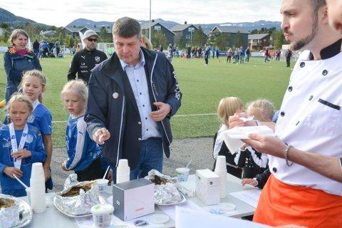 FIKK SMAKE PÅ LAKSERETTENE: Bengt Rune Strifeldt satt i smaksjuryen under lakserettkonkurransen under årets turnering.