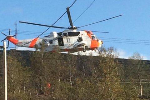 PÅ SKAIDI: Et Sea King redningshelikopter bisto en syklist under Skaidi Xtreme lørdag.