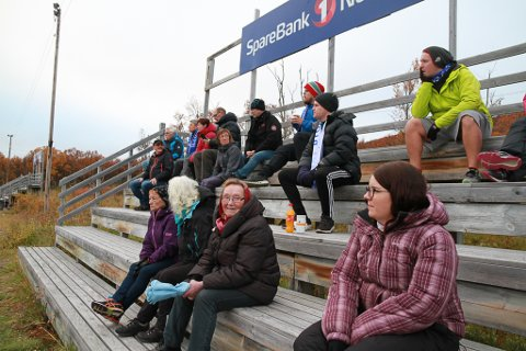 GØY PÅ KAMP: Magnhild Reisænen (91) synes det er artig å følge med på fotballdamene. Da hun var yngre var det bare guttene som spilte fotball, mens jentene stilte som heiagjeng.