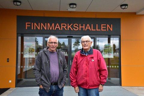 HARDT UT MOT PARTIET: Arne Pedersen og Gunnar Mathisen forteller at bredt samarbeid i Arbeiderpartiet gjorde idrettshallene i fylket til en realitet. Nå etterlyser de mer enighet i fylket.