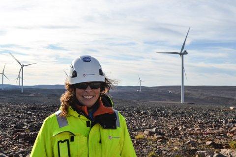 INVITERER: Prosjektleder for vindparken, Lise Heggheim her med de nye vindturbinene i bakgrunnen. Nå inviterer Finnmark Kraft hele Båtsfjords befolkning til omvisning.