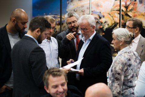 GRUPPEMØTER: Før saken om skolen i Vestre Jakobselv kom opp, ble det holdt gruppemøter. Fra venstre: Farid Shariati (MDG), Willy Pedersen (Ap), Einar Niemi (SV), Sigurd Richardsen (SV) og Knut Busk (H).