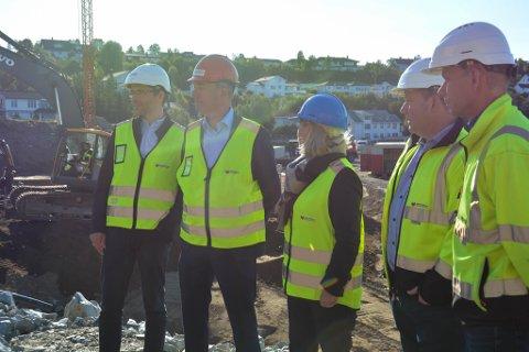 LIKTE DET HUN SÅ: Næringsministeren tok Havspeil-tomta nærmere i ettersyn på torsdag.