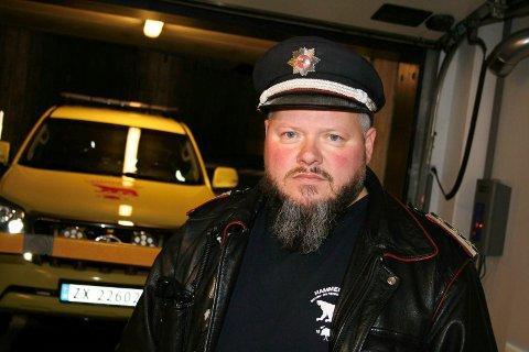 BEKYMRET: Brannsjef Arne Myrseth er bekymret for brannsikkerheten i kommunen. (Bilen i bakgrunnen er ikke den aktuelle utrykningsbilen)