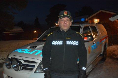 REINPOLITIETS BIL: Politiførstebetjent Torbjørn Berg i Reinpolitiet fotografert foran dagens arbeidshest, Toyota Hilux.