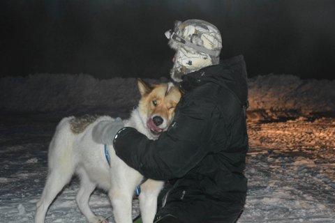 GJENSYNSGLEDE: Når iFinnmark kommer til stedet, blir hunden Nuka gjenforent med Kjell-Harald Myrseth. – Det var helt fantastisk å få Nuka tilbake, sier han.