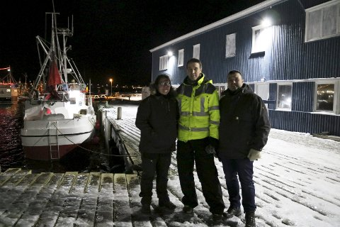 GLADE I VARDØ: Jørn Jensen (i midten) er blant byggeierne som har fått god hjelp fra Vardø Restored i jakten på offentlig støtte. I fjor fikk prosjektet hans en del av en ekstrapott fra Riksantikvaren, noe både han, landskapsarkitekt Brona Keenan og Svein Harald Holmen er glad for.
