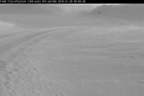KOLONNEKJØRT: Slik ser det ut på Ifjordfjellet lørdag morgen.