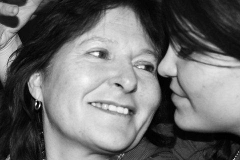 NÆRT FORHOLD: Mor og datter, Sandra og Sølvi Evensen, hadde et nært forhold. I mars i fjor døde Sandra etter en dramatisk natt i Brenna. Nå får Porsanger kommune kritikk fra Helsetilsynet.