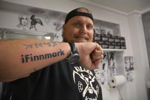 TA-DA! Tatovøren er ferdig og Stian Thorbjørnsen har foreviget iFinnmarks logo på armen.