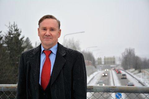 Møtefrie veier med gode sikkerhetsbarrierer er det mest effektive trafikksikkerhetstiltaket mot veidøden, sier Geirr Tangstad-Holdal i TSF