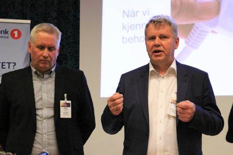 VIKTIG: Terje Skansen, direktør i Varanger Kraft, er opptatt av at utbyggingen av 420 kV-linja settes i gang så fort som mulig. Her sammen med vadsørådmann Jens Betsi på Vadsøsemianret tirsdag.