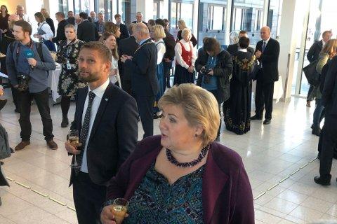 FESTLIG STEMNING: Bent Høye og Erna Solberg feirer åpningen av sykehuset i Kirkenes.