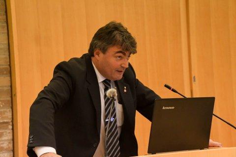 STILLER SPØRSMÅL: Remi Strand mener flere stiller spørsmål om styret i Finnmark Ap hadde fullmakt til å forhandle frem avtalen mellom fylkespartiene.