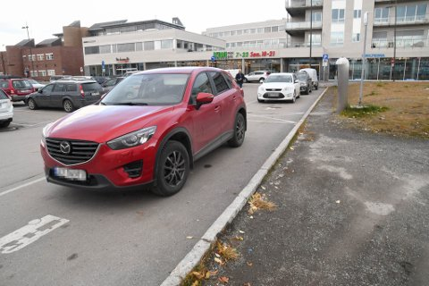 ULOVLIG: Alle disse tre bilene, inklusive den bakerste med tilhenger, står ulovlig parkert i dette feltet reservert for bobiler.