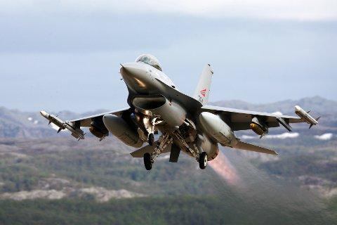 F-16 på BANAK: Et f-16 jagerfly som tar av fra Banak i Lakselv, fotografert ved en tidligere anledning.