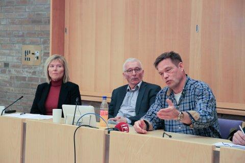 HAR TROA: Advokat Geir Johan Nilsen er opprinnelig finnmarking, og har engasjert seg i regionreformdebatten. Nå anbefaler han at fylkestinget sender et prosessvarsel mot staten. Her sammen med For Finnmarks nestleder Torill Olsen og styremedlem Arne Pedersen.