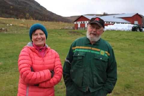 FOR MYE TID: Etter et år hjemme i Vestertana, har Helga Pedersen kommet fram til at sauedriften tar for mye av fritiden hun kunne brukt sammen med ungene. Derfor tømmes låven for sau. Vemodig, synes både Helga og pappa Terje.