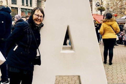 MANGE MINNER: Aina Teigen har mange minner fra krigen. Her er hun avbildet på reise.