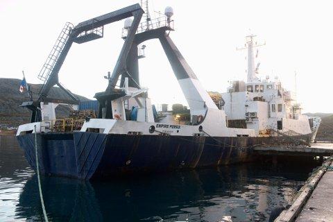 """DRIVER SKATTEJAKT: Skipet ble i fjor observert utenfor Finnmarkskysten nær Berlevåg, Gamvik og Båtsfjord. Ett år senere ligger skipet til kai i Båtsfjord. Nå spekuleres det høylytt om at mannsakpet på skipet har lokalsisert det britiske damskipet """"Astori"""" som var på tur fra USA til Russland med store verdier i lasten. Skipet ble senket av en tysk ubåt, og ligger på bunen et sted i Barentshavet."""