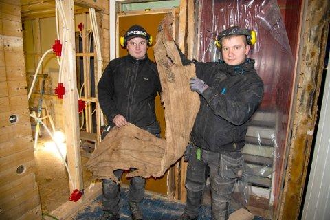 Lehmet Hermansen og Jøran Nilsen fra entreprenør Øyjo AS fant denne striesekken med hakekors i et hus fra 40-tallet som de pusser opp. Den var kledt rundt døra i bakgrunnen.