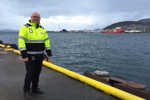 BEDRER MILJØET: Havnekaptein Jon Helge Løkke orienterer om landstrømsatsingen i Hammerfest havn. I bakgrunnen kaiene på Fuglenes som får de nye anleggene.