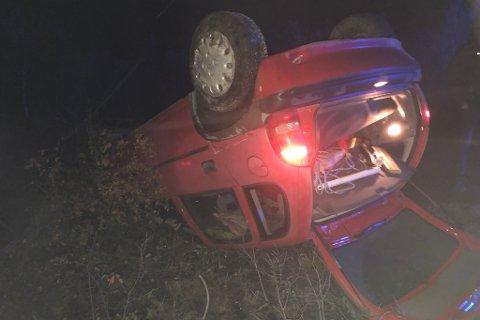 MAKS UHELDIG: Bilen ble liggende opp ned etter trafikkuhellet torsdag morgen.