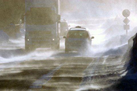 VANSKELIGE KJØREFORHOLD: På riksvei 94 har man nå satt ned bommene på grunn av uværet som herjer i Vest-Finnmark.