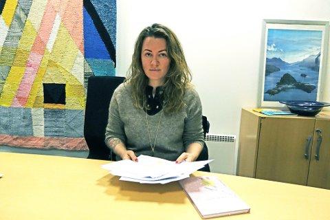 PÅGIKK I ET ÅR: Det er over ett år siden Ruth-Helen Nilsen ba om avklaring rundt arbeidstidsordningen, via flere mailer som hun her har foran seg.