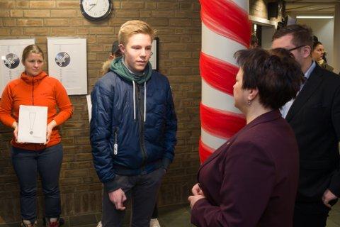 I DIALOG: Nestleder i elevrådet ved Vadsø videregående skole, Stian Aronsen holdt en kort apell på vegne av de frammøtte elevene. Her i dialog med Ragnhild Vassvik (Ap).
