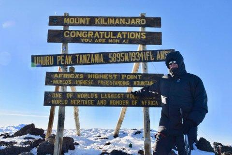 PÅ TOPP: Rolf Berg trasset høydesyke og kom seg på toppen av Kilimanjaro på under 48 timer.