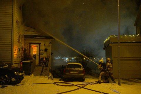 JOBBER PÅ STEDET: Brannvesenet driver fortsatt å slukker brannen klokken 6 fredag morgen.