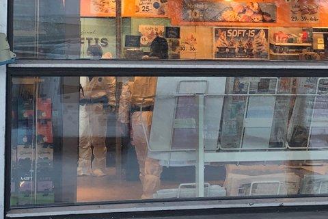 Narvesen-kiosken i Bossekop ble ranet. Her jobber krimteknikere fra politiet med åstedsundersøkelser.