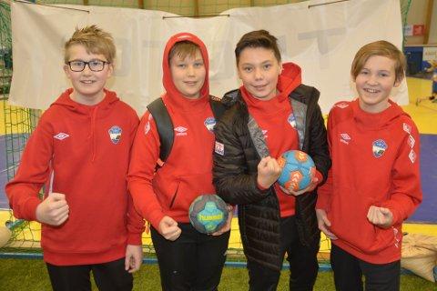 KJEMPEGØY PÅ TURNERING: Noah Pedersen (12), Julian Mathisen (12), Vebjørn Gerrardsen (13), og Marcus Lind Steffensen (12) spiller alle for Honningsvåg TIF. De digger å være på turnering i Alta.