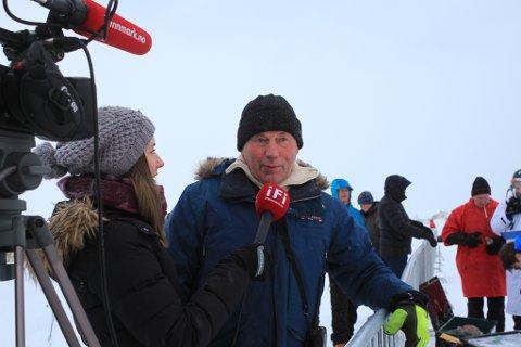 SJEFEN: Det har vært travle dager for Roy Arne Karlsen, som er leder for Yukigassen Norway. Her blir han intervjuet av iFinnmarks reporter Kjersti Aronsen.