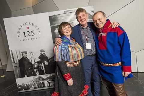 PRISVINNERE: Styreleder Ellinor Guttorm Utsi (f.v.) eier og daglig leder Jan Olav Evensen og eier Ailu Utsi da de må vegne av Arctic Coast mottok pris fra Hurtigruten.