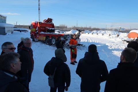LÆRER BORT: Jan Petter Olsen i Viking Vadsø viser hvordan bilberging fungerer i Norge.