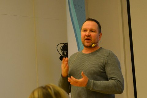 IKKE FORNØYD: Tom Roger Larsen i Hammerfest og Kvalsund Snøscooterforening, er ikke fornøyd med at mange åpne løyper ble stengt på kort varsel.