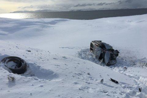 AV VEIEN: To personer er sendt til sykehuset i Kirkenes etter at en bil kjørte av veien utenfor Vadsø natt til søndag.