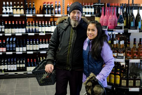 PÅ FERIE: Magne Nordahl og Lilibeth Nordal tar tirsdag turen innom vinmonopolet i Vadsø, på deres ferie i byen.