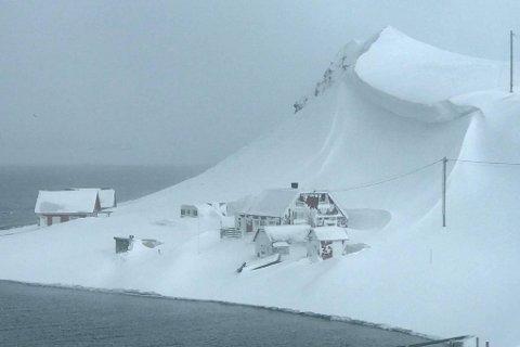 Sarnes: Her henger skavlen over hytta til Eivind og Bente. Magerøya er i ferd med å drukne i snø- og mer er i vente. Dermed øker også rasfaren.