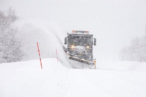 VANSKELIGE KJØREFORHOLD: Brøytemannskapene i Finnmark har hatt mye å gjøre i vinter.
