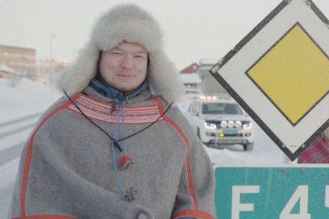 HER ER VEIENE KOLLÅPNE: Kautokeinoordfører Johan Vasara (Ap), her fotografert i en tidligere anledning nå i vinter, peker på at i de to desidert største kommunene i Finnmark, altså Karasjok og Kautokeino, er ingen veier stengte for tiden. Men det går mediene hus forbi, mener ordføreren.