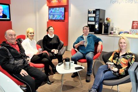 KUNDETILFREDSHET: For å øke kundetilfredsheten er det avsatt en egen kundeavdeling. Fra venstre Tormod Holko, Lisbeth Harila, Ingunn Øyen, Ernst Rolf Niska og Tone Vollan. Ingunn og Tone jobber er Harila-tilsatt på regnskapsavdelingen.