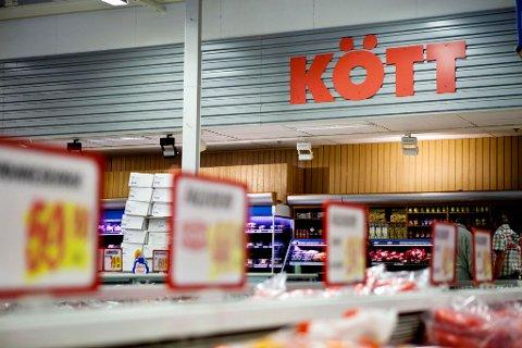 POPULÆRT: Nordmenn benytter seg av lave priser og stort utvalg av mat og varer i Sverige. Nå får du også medvind av valutaen.  Foto: Thomas Winje Øijord (NTB scanpix)